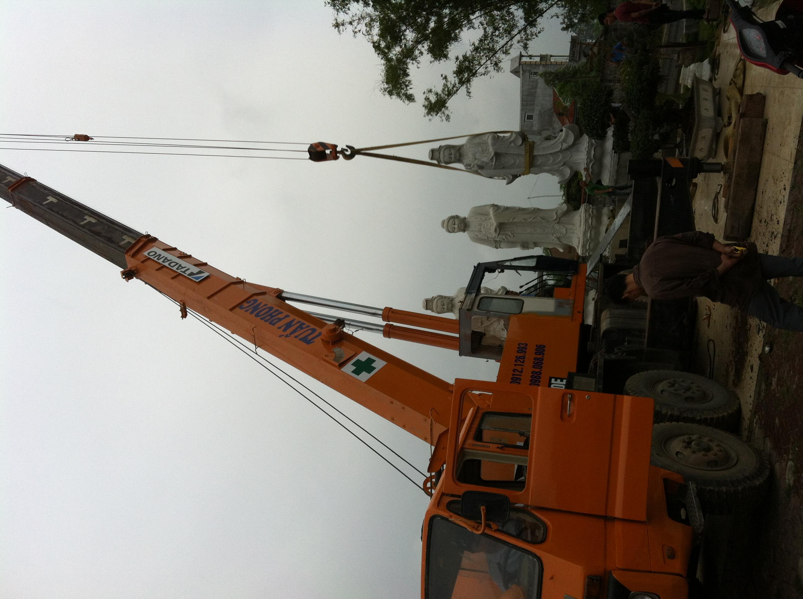 nhận cẩu hàng hóa lên các tòa nhà cao tầng 0912 126 993 xe cẩu lắp đặt kết cấu thép