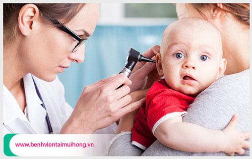 Bố mẹ nên lưu ý gì về bệnh viêm tai giữa ở trẻ sơ sinh và ra sao?