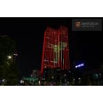 Người Hà Nội thích thú có đèn LED trang trí màu xanh - trắng trên phố Bà Triệu