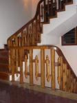 Cầu thang, sàn nhà, cửa gỗ, bàn ghế