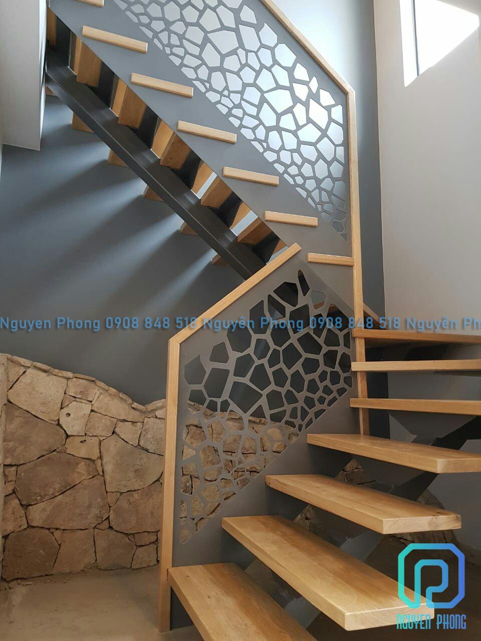 Mẫu cầu thang sắt cắt hoa văn CNC nghệ thuật độc lạ, kiến trúc nhà đẹp 2020