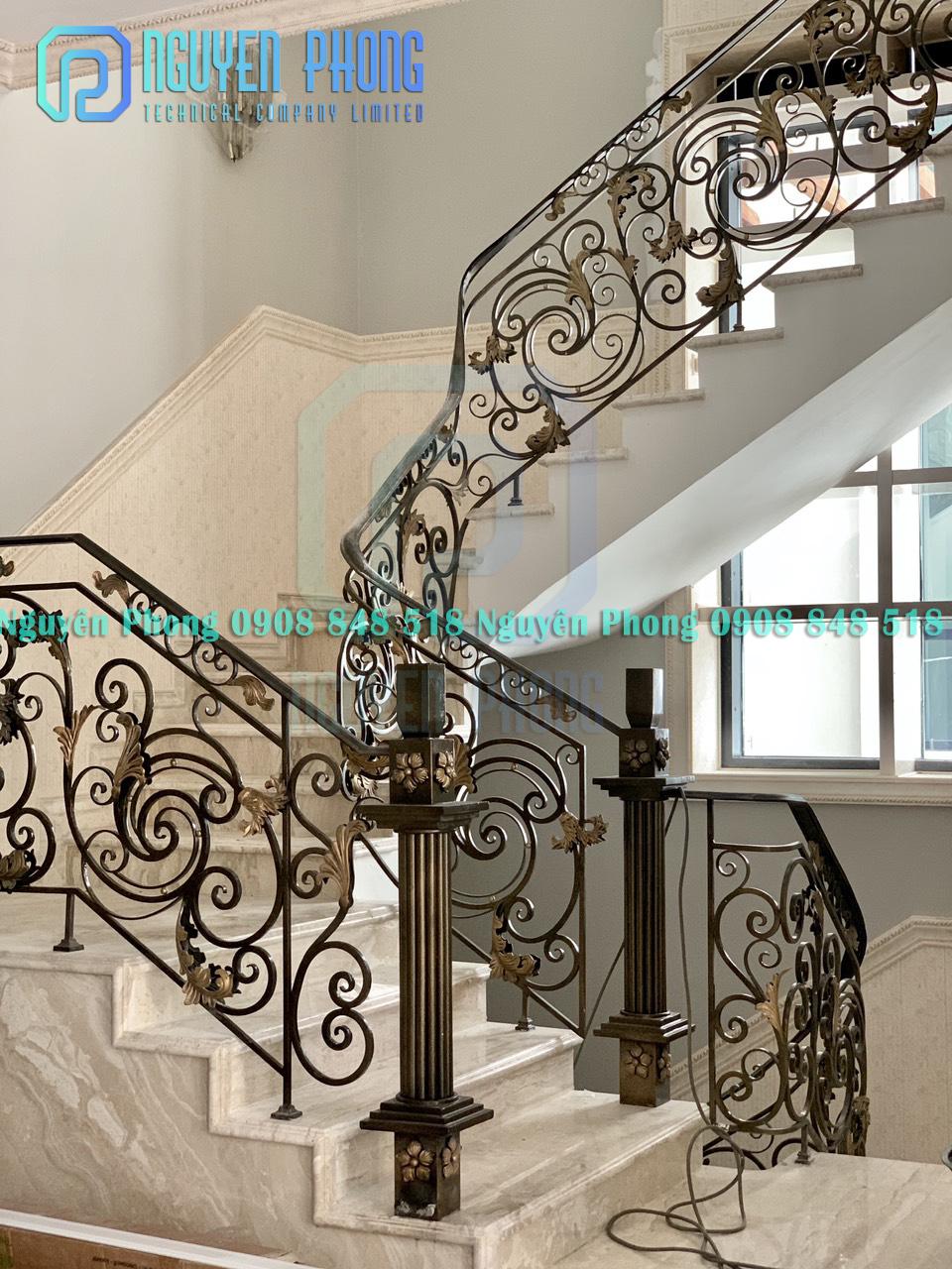 Nhận thiết kế, gia công cầu thang sắt uốn mỹ thuật cho biệt thự, nhà cổ điển
